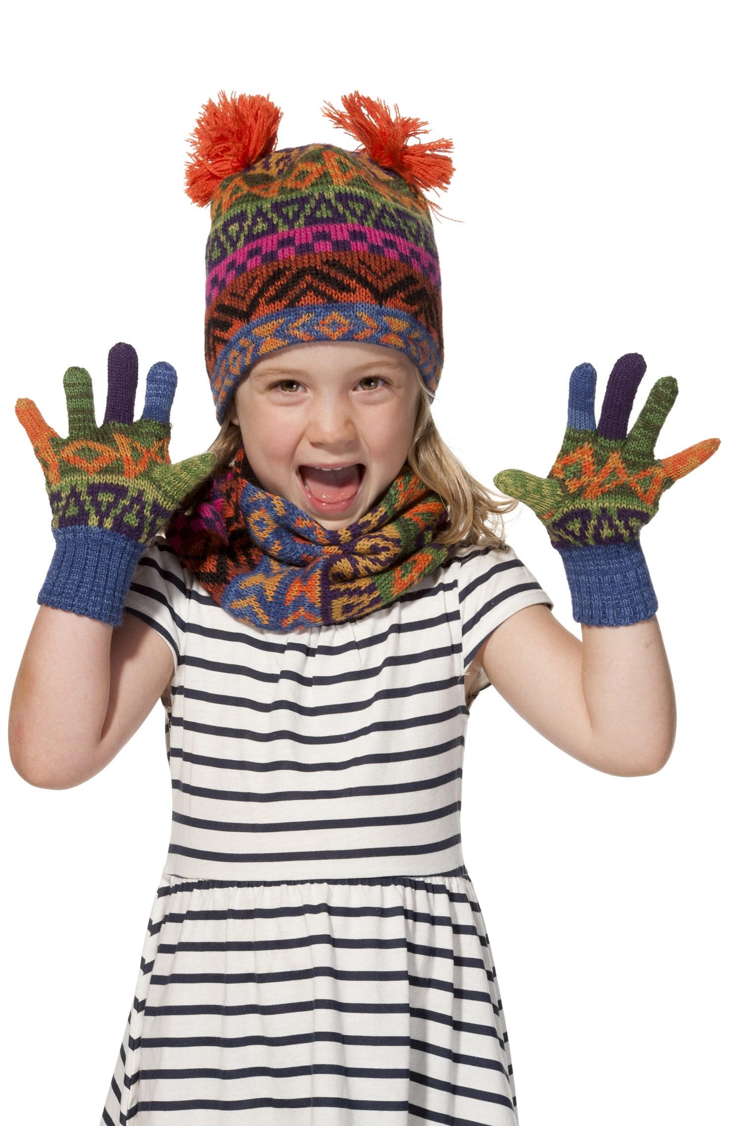 Aquarell fingervanter til børn - Flotte og farverige fingervanter til børnene i alderen 4-6 år. Disse fingervanter skal nok blive en success, med de lyse farver i mønstrene og strikket i den super lækre og bløde baby alpaka uld. Noget ekstra og lidt mere særligt til børnene. Størrelse: 4